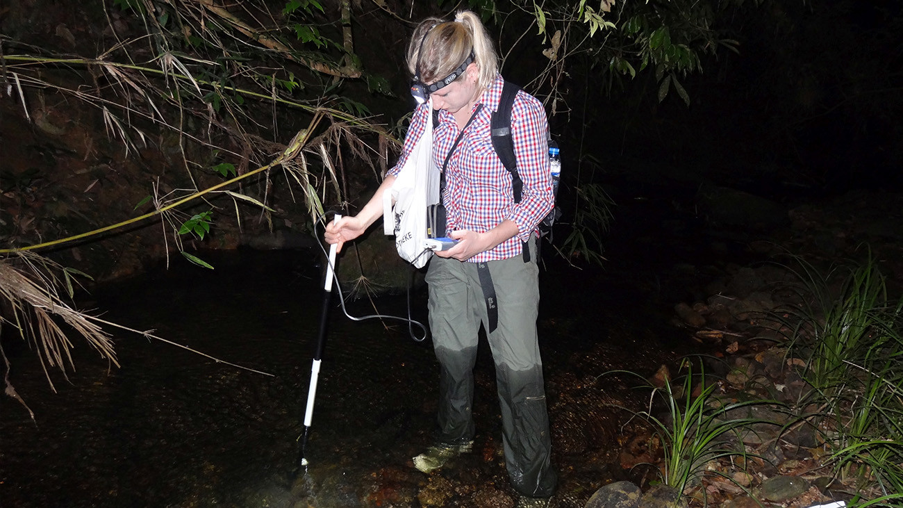 But Anna is also actively involved in research in Vietnam. Here, is recording environmental data in the habitat of the Chinese Water Dragon near the Me Linh Station. | Thomas Ziegler