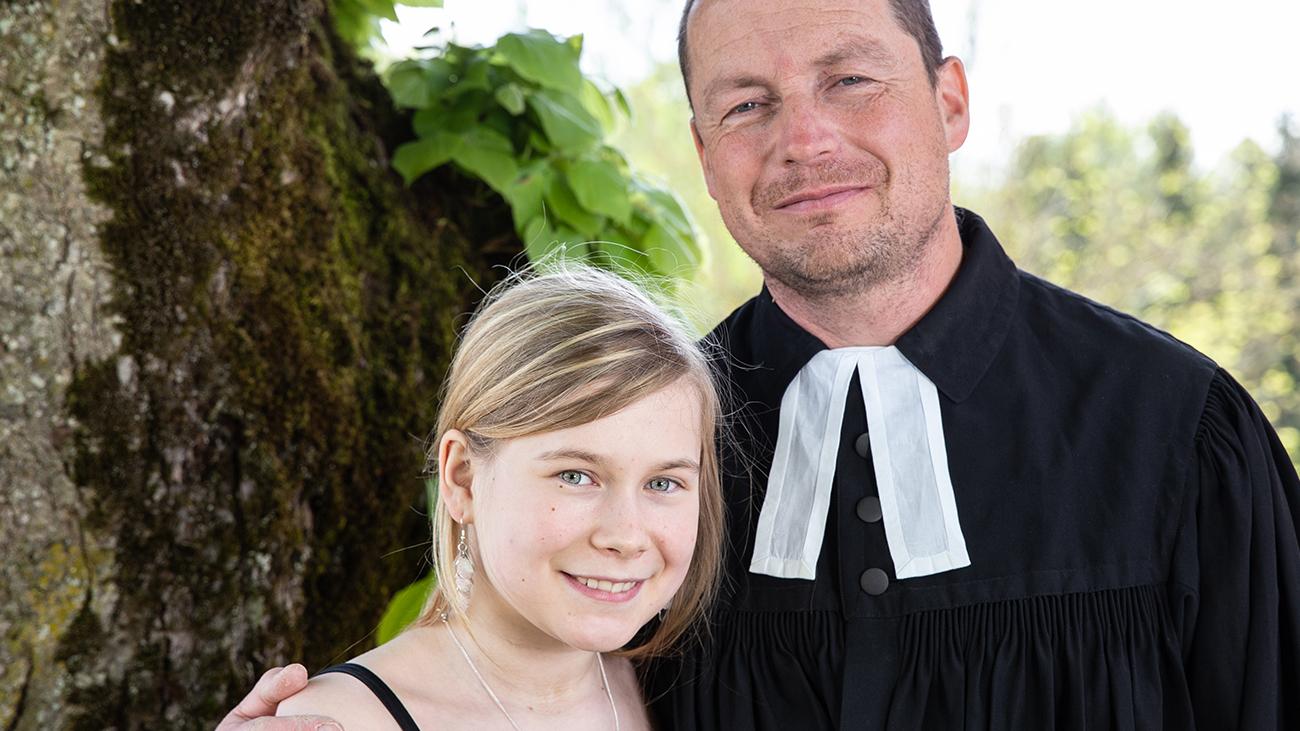 Ein Pfarrer, wie er im Religionsbuche steht: Ole Dost bei der Firmung seiner Tochter Friederike | privat